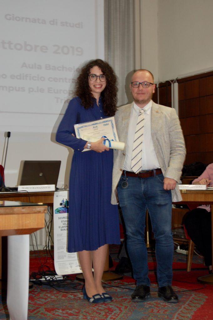 La consegna del Premio di Laurea FirEst - AiFOS da parte di Davide Degrassi, amministratore della FirEst S.r.l.
