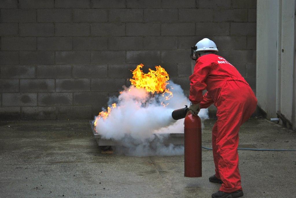 Prova di spegnimento con estintori a CO2